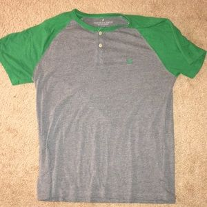 Gray AMERICAN EAGLE shirt with green sleeves!